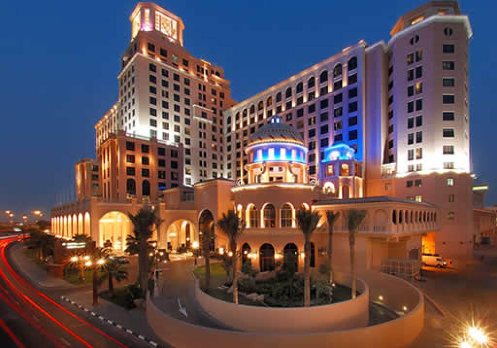 Ubicado como parte del Mall of the Emirates, el hotel cuenta con un diseño lujoso y vanguardista que procura la comodidad de sus huéspedes.
