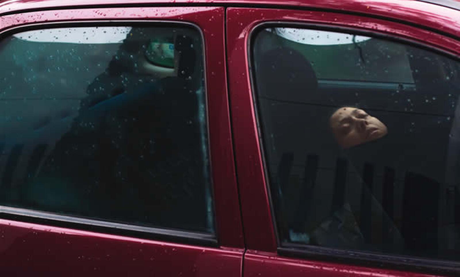 26 MDP han gastado las aseguradoras mexicanas en el pago de indemnizaciones a 190 personas contagiadas. Afuera del INER, las personas duermen en sus autos mientras esperan noticias de sus familiares.
