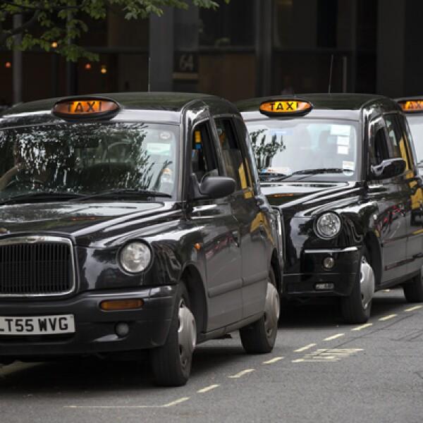 Si hablamos de tradición, el color oscuro de los taxis en la capital de Inglaterra es un clásico.