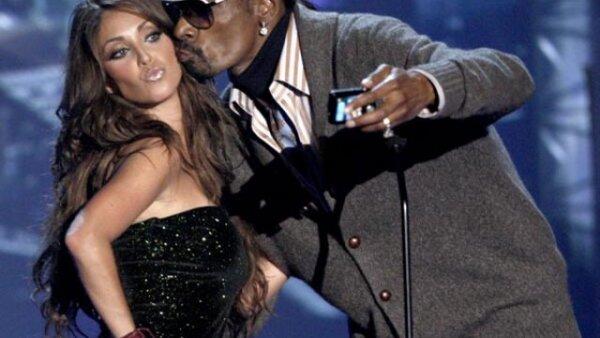 Antes de presentar a los nominados por el mejor video del año, Snoop Dogg le pidió a Anahí que le regalara un beso para que pudiera tomarse la foto. Y lo hizo desde su celular.