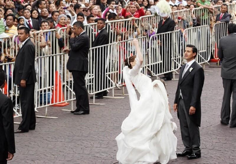 Angélica Rivera lanzó el ramo a la salida de la Catedral de Toluca.