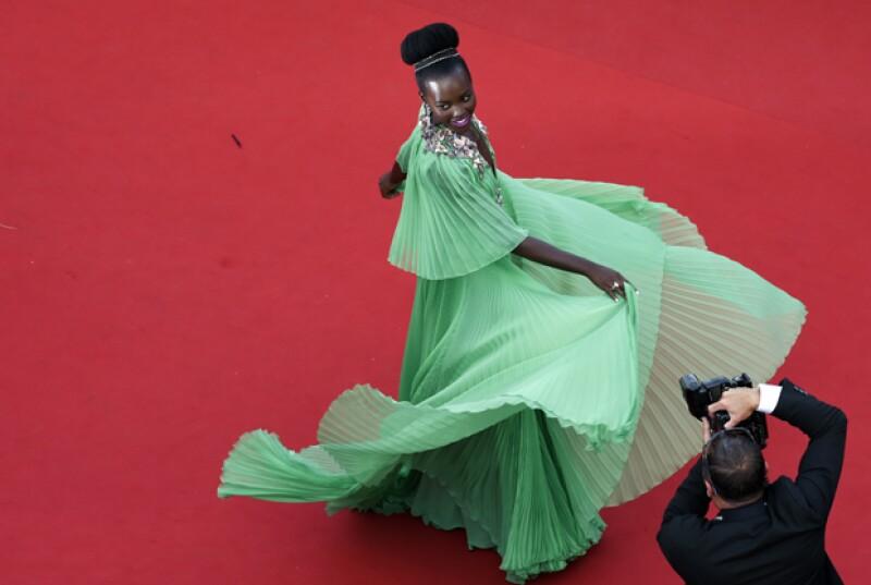La modelo encantó a su pasó por la red carpet con un diseño de dos piezas que para muchos recordó al vestido verde de la actriz, quienes además parecieron hacer las mismas poses.