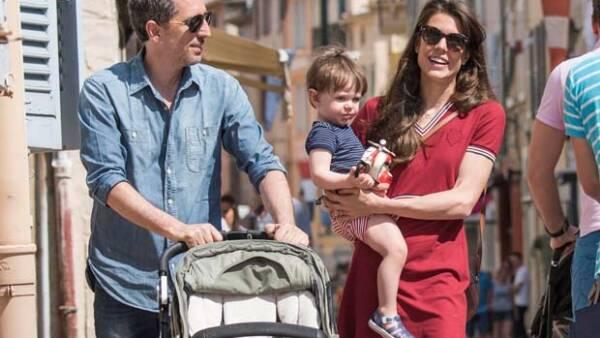 A unos días de haberse esparcido la noticia sobre su ruptura, la pareja fue captada en las calles de Saint-Tropez junto con su hijo Raphaël.
