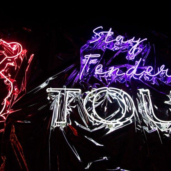 TOUS-x-ELLE-Stay-Tender-Neon-Sign