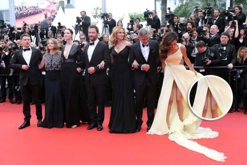 Durante su paso por el festival de cine francés, la esposa de George Clooney estuvo a punto de sufrir un &#39wardrobe malfunction&#39 con su vestido amarillo palo Atelier Versace.