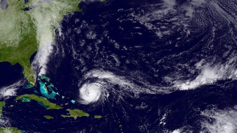 El huracán categoría 3 ?Gonzalo? atraviesa el Océano Atlántico este miércoles por la noche, con dirección hacia Bermudas