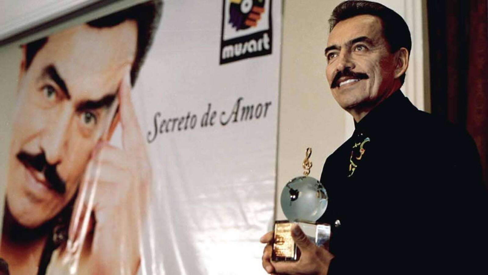 Durante su larga trayectoria recibió reconocimientos de la industria de la música, como este al momento de presentar su disco en 2000