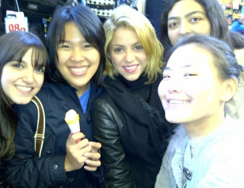 Shakira demostró que es mundialmente conocida, al posar con unas fans japonesas.