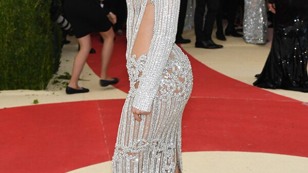 La hermana de Kendall Jenner hizo su debut en la gala del Met y sufrió al lucir su vestido Balmain.