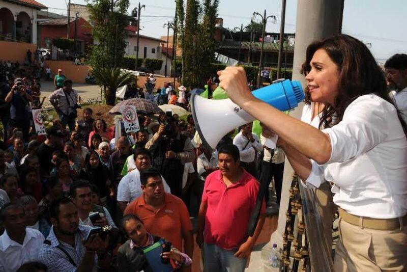 Blanca Alcalá 'tomó' el zócalo del municipio de Xiutetelco por la negativa de espacios públicos para realizar mítines.