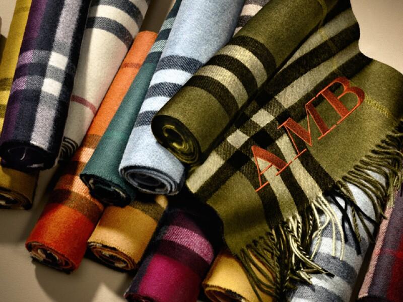 Podrás personalizar tus bufandas Burberry.