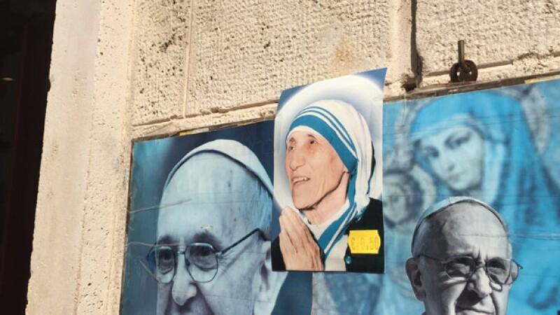 """Para el papa Francisco, la madre Teresa de Calcuta encarna su ideal de una """"iglesia pobre para los pobres"""", aunque admitió que habría tenido """"miedo"""" si esta pequeña mujer hubiera sido su superior."""