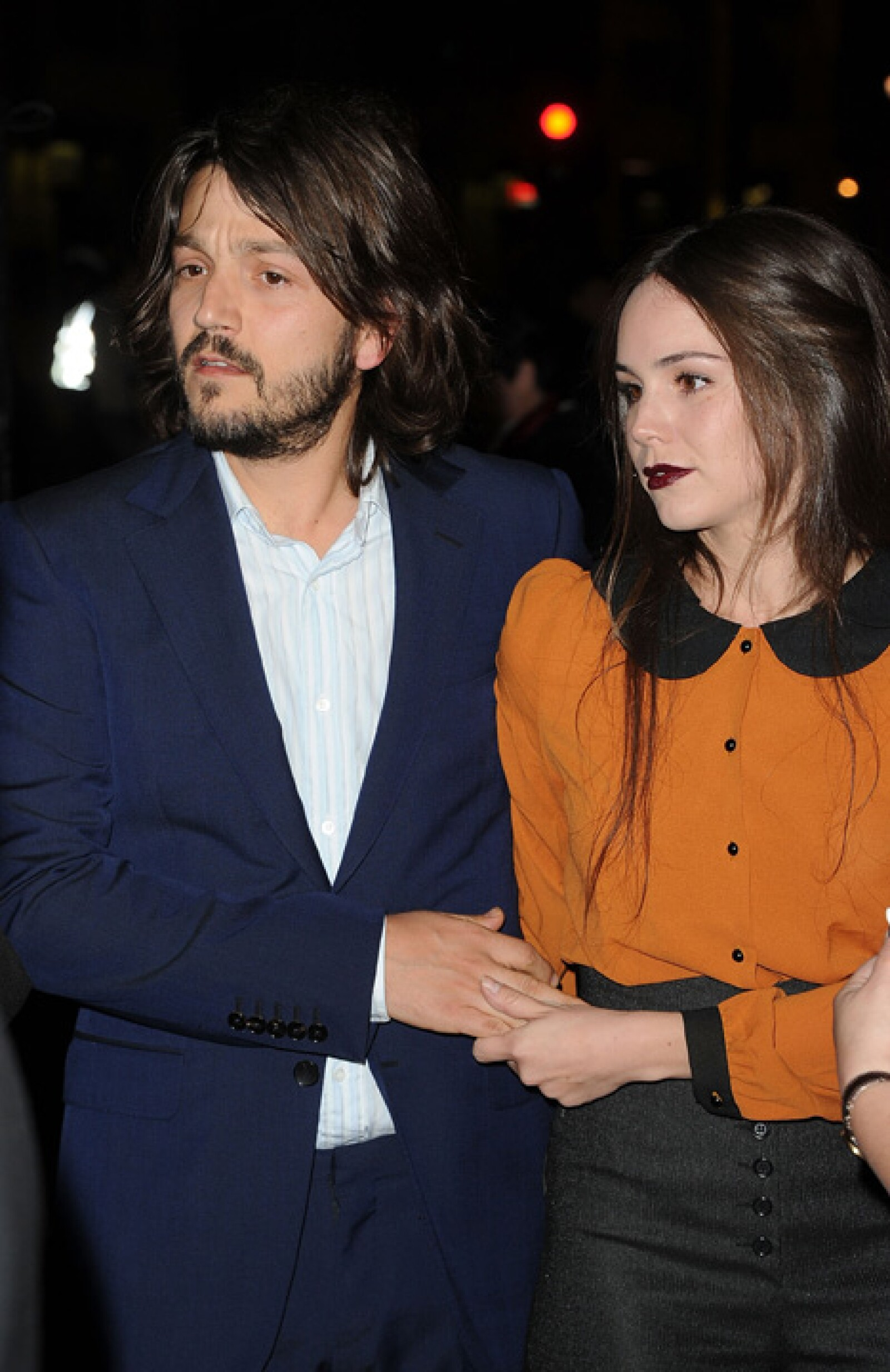 Diego Luna y Camila Sodi desfilaron por la alfombra roja colocada a las afueras del Teatro Chino.