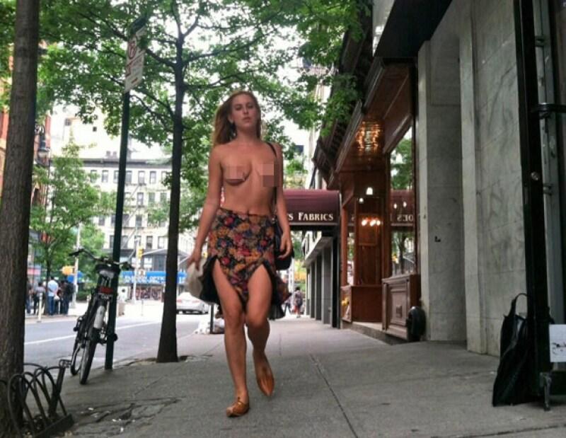 La hija de Demi y Bruce Willis subió esta imagen en la que aparece caminando topless, misma que fue censurada.