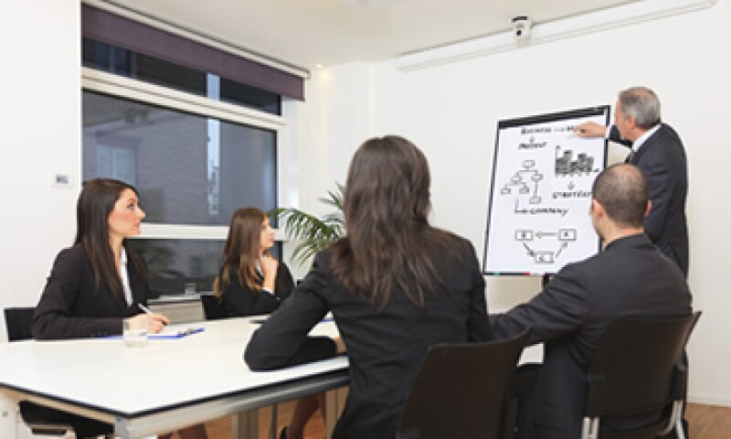 Si el objetivo del workshop es el desarrollo de competencias en atención al cliente, puedes impartirlo en la sala de juntas de tu empresa. (Foto: iStock by Getty Images)