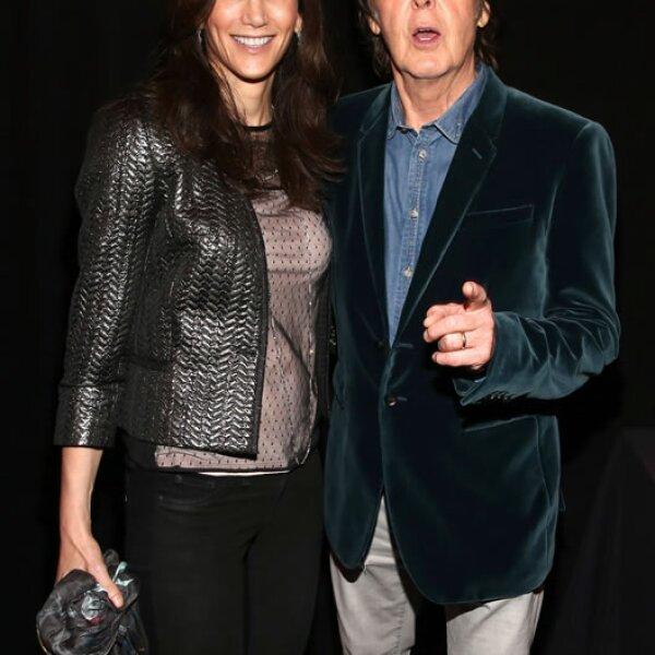 Con 70 años de edad, Paul McCartney luce muy joven, tanto que muchos piensan que se lleva poco años con su esposa Nancy Shevell, pero no. La empresaria tiene 53 años.