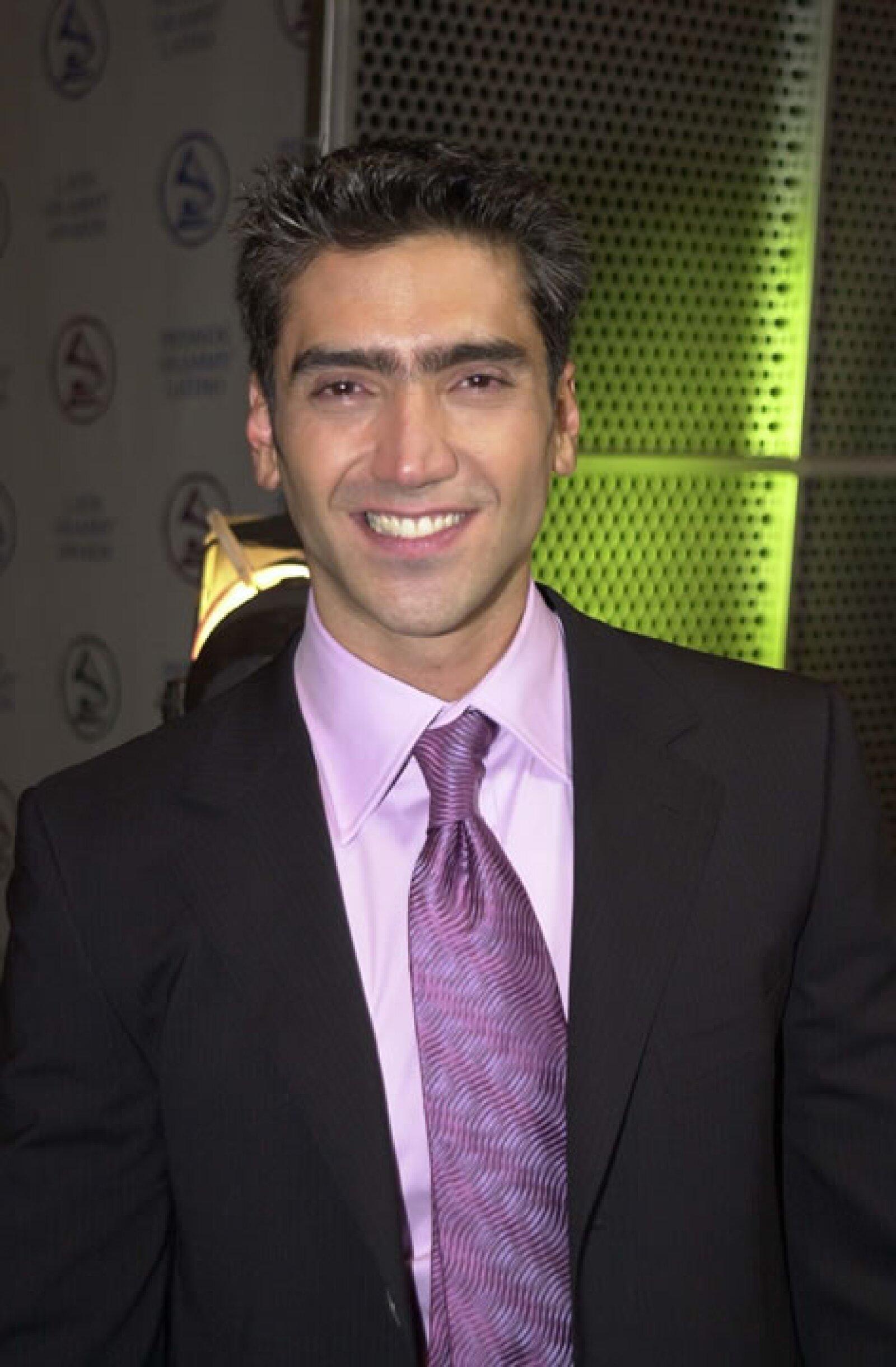 Alejandro comenzó en los escenarios desde finales de la década de los 80.
