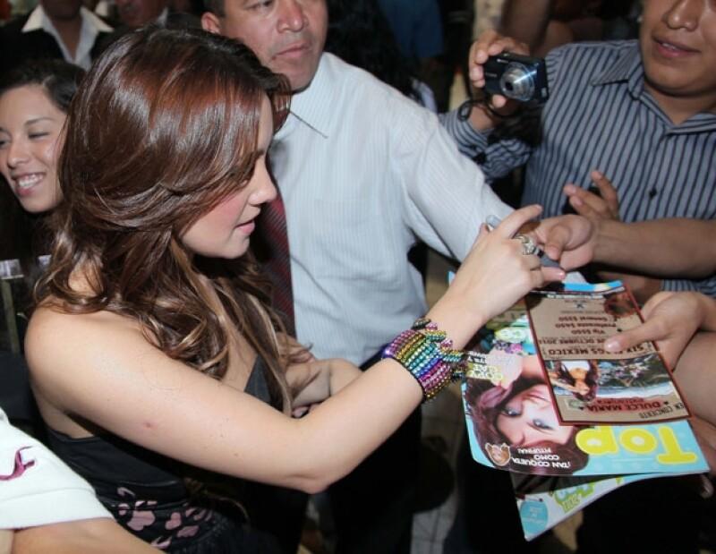 Dulce María compartió con sus fans autógrafos y fotografías.
