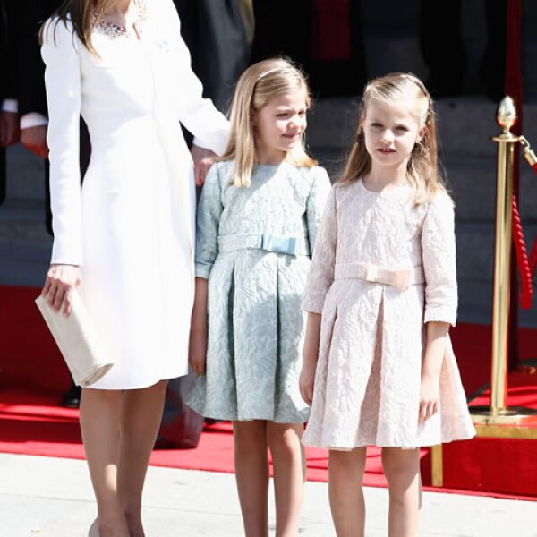 Las infantas Leonor y Sofia siempre llevan piezas clásicas y femeninas. La reina Letizia ha cuidado el estilo de sus hijas.
