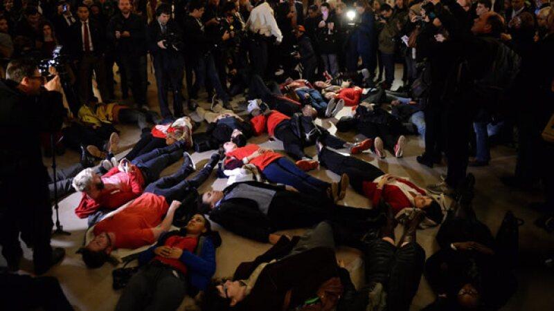 Personas participa en una protesta llamada 'die-in' en contra de la decisión de un gran jurado de no procesar a un policía en Nueva York
