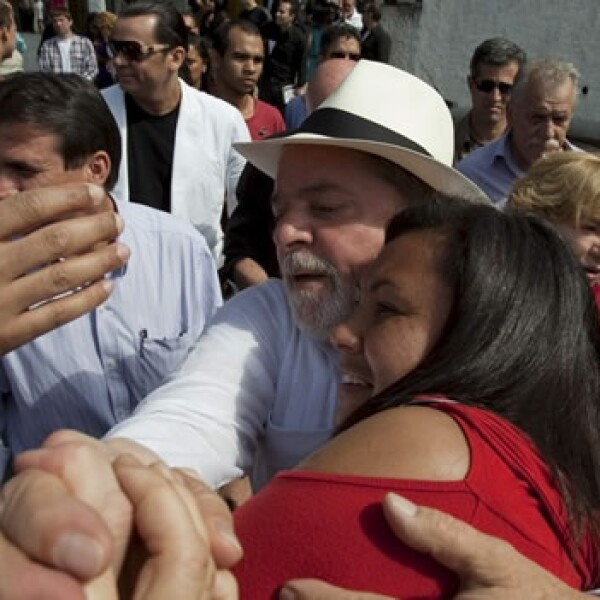lula abraza a una mujer tras votar