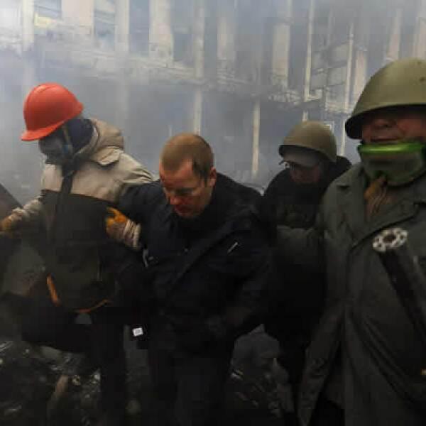 Se registraron tres horas de combates en la Plaza de la Independencia, que fue nuevamente capturada por manifestantes antigubernamentales.