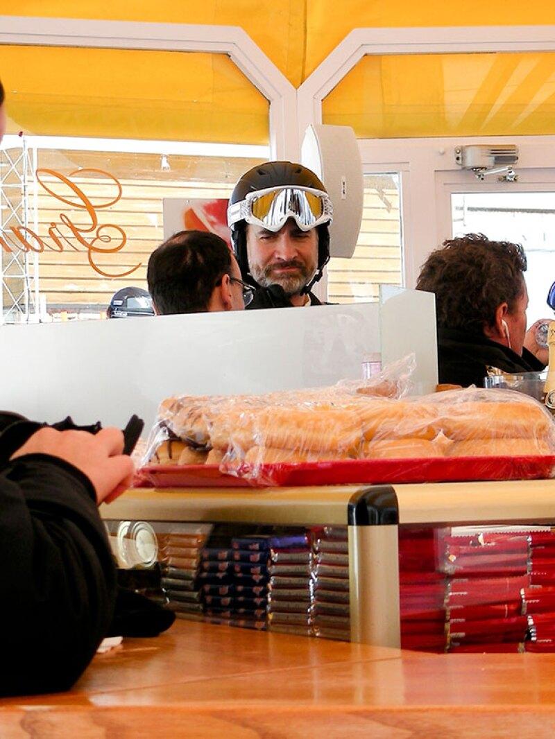 Como cualquier cliente, el rey esperó en la fila para comprar alimentos.