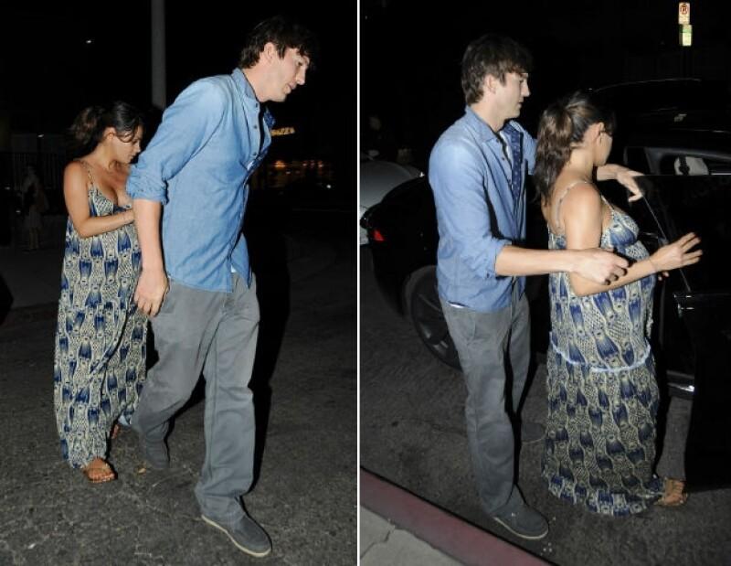 Mila Kunis y Ashton fueron captados por los paparazzi la noche del sábado en West Hollywood.
