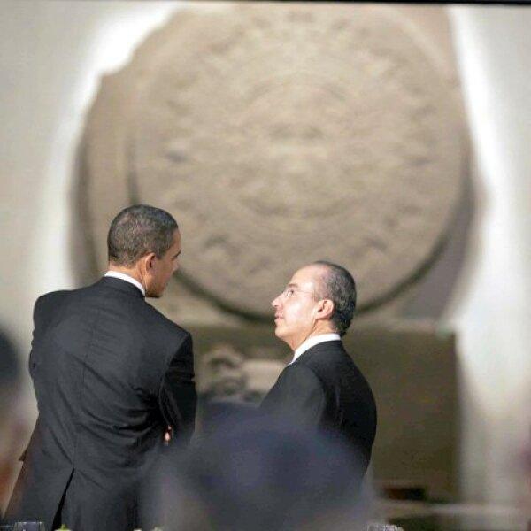 Barack Obama se vio muy interesado por el calendario azteca del museo, por lo que Felipe Calderón le hizo algunas explicaciones.