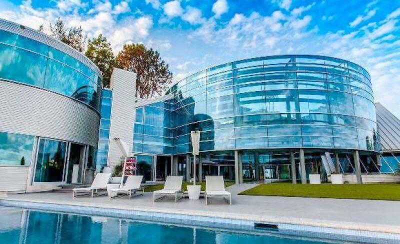 La casa de cristal de Justin Bieber se ha ganado ese apodo gracias a estar hecha de vidrio.