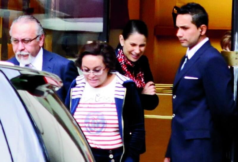 Estos son tiempos de dilemas y cálculo político para la Maestra. Pero todavía posee el lujo de relajarse en pants Chanel.
