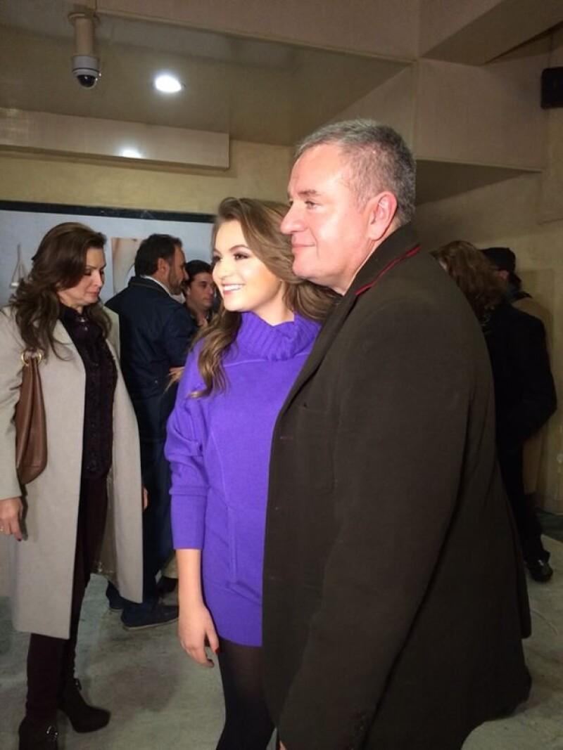 Sofía posó con su papá posterior a la obra.