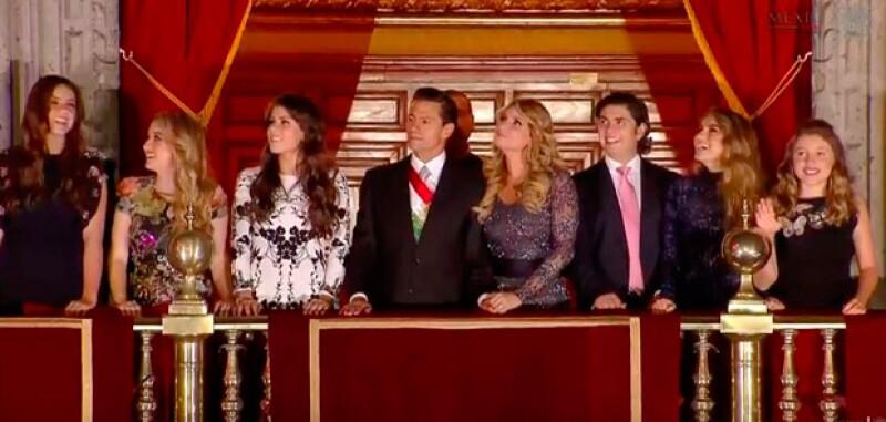 Tanto los hijos de Enrique como de Angélica se unieron a ellos en el balcón de Palacio Nacional para admirar los fuegos artificiales.