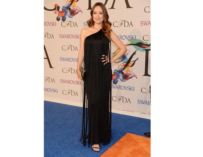 Olivia Wilde optó por un vestido Decades LA, zapatos y clutch Stuart Weitzman y joyas de Cartier.