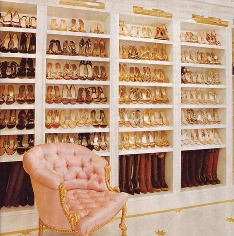 """""""Tengo suficientes zapatos"""" es una de las mentiras más grandes que existen y la cantante parece saberlo muy bien, al presumir su rincón favorito de su casa."""