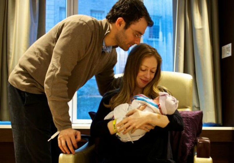 Hasta hace pocos días se mantuvo en secreto el sexo del bebé. Aquí los papás con Charlotte.