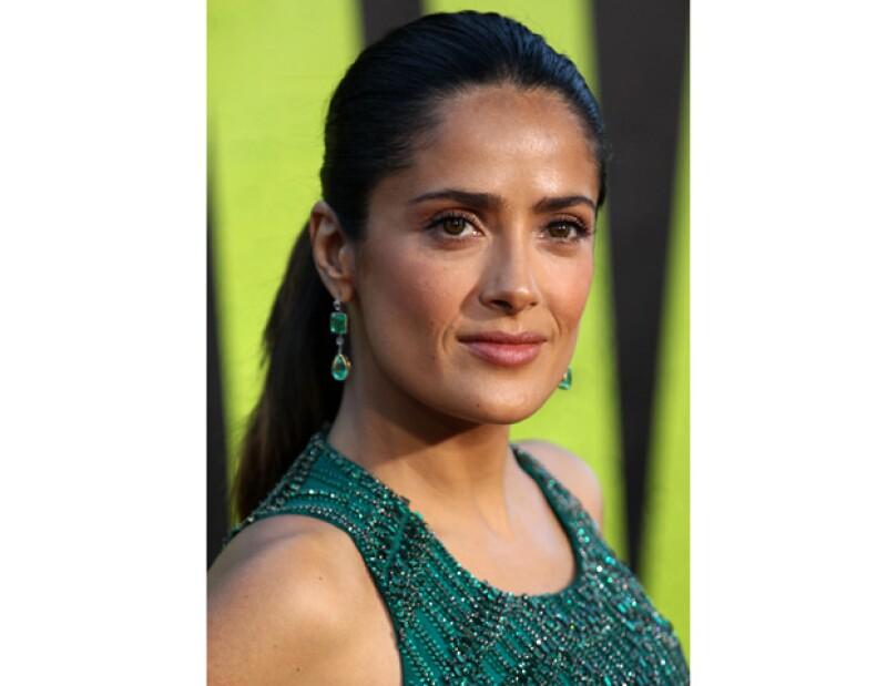 """La actriz mexicana quien interpreta a una líder de un cártel de drogas en su más reciente película """"Salvajes"""", asegura que esta experiencia le ayudó a entender que haría """"lo que fuera"""" por su hija."""