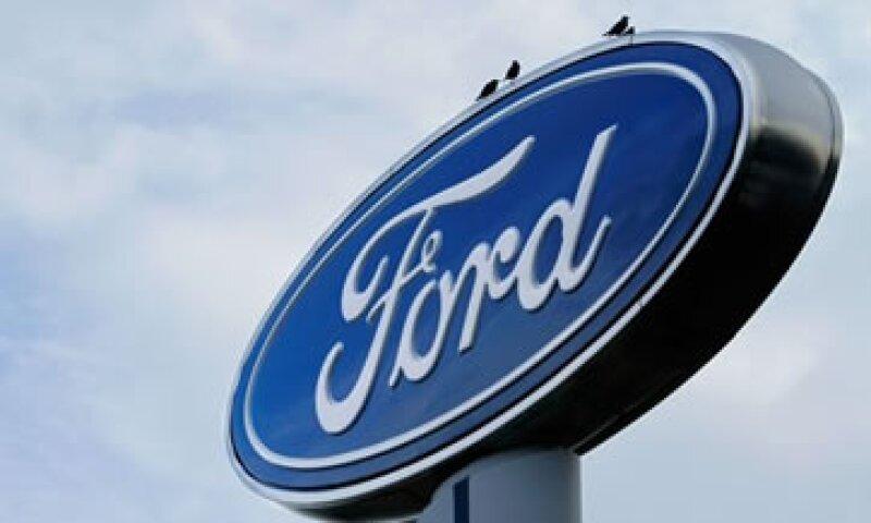 Las ventas de Ford cayeron a 32,400 mdd en el periodo. (Foto: AP)