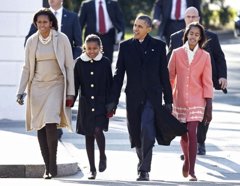 El presidente de Estados Unidos, en compañía de su esposa e hijas, asistieron a una ceremonia religiosa, en la iglesia de San Juan, que se encuentra frente a la Casa Blanca.