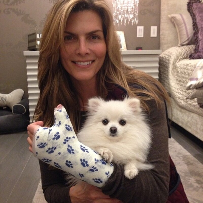 Aunque se desconoce por qué se lastimó, la presentadora de 47 años publicó ayer una imagen en compañía de una de sus mascotas, presumiendo un yeso estampado con huellitas, muy a su estilo.