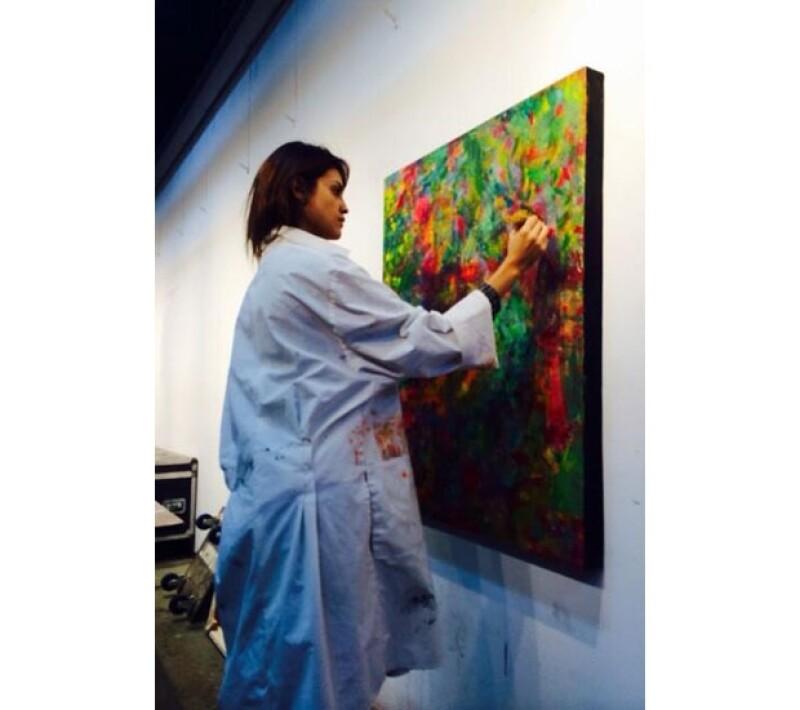 Ahora además de cantar y actuar, Eiza probó sus habilidades en la expresión artística de la pintura.