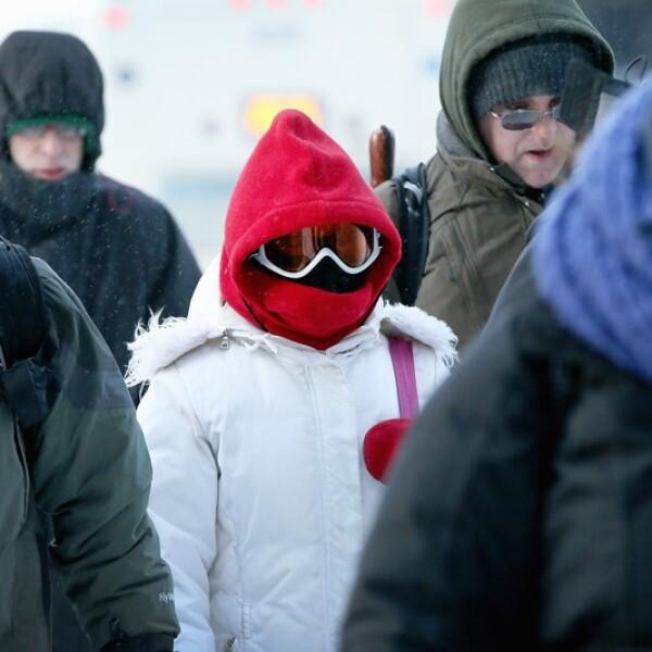 viajeros caminan bajo un frio bajo cero