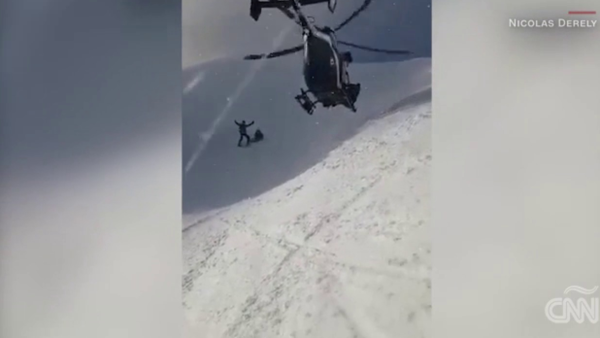 Un arriesgado rescate en helicóptero fue grabado en los Alpes franceses