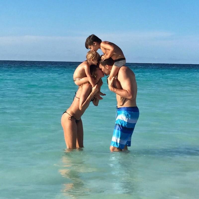 La modelo brasileña felicitó a su esposo por sus 38 años con una tierna imagen en la que aparecen con sus hijos en el mar.