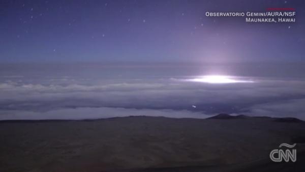 La erupción del volcán Kilauea vista desde arriba de las nubes