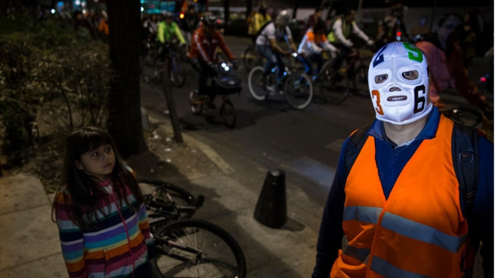 paseo ciclista con mascara de luchadores