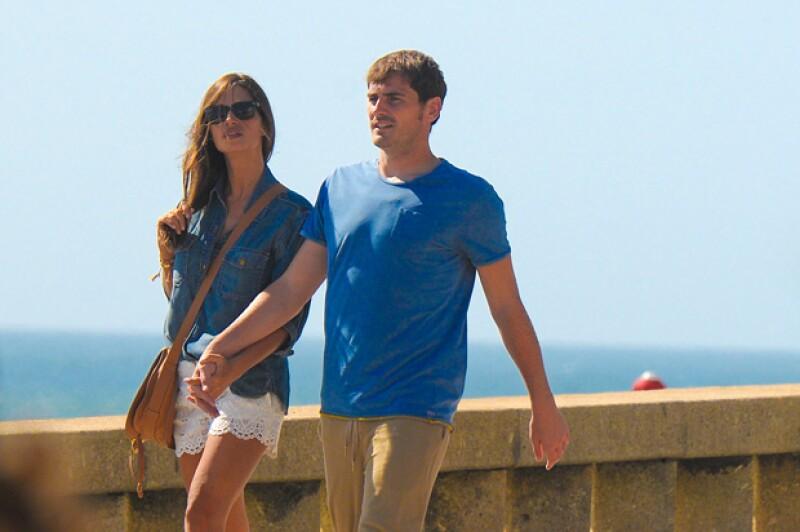 Sara acaparó miradas con su hotness y su look casual en short de encaje y blusa de mezclilla haciendo un matchy style de colores con Iker, quien portaba una t-shirt azul y pantalón beige.