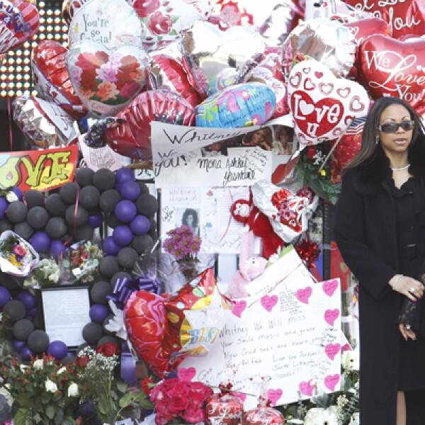 Muchos fans dejaron flores, tarjetas y globos dedicados a la cantante que se convirtió en estrella mundial con su álbum debut de 1985.