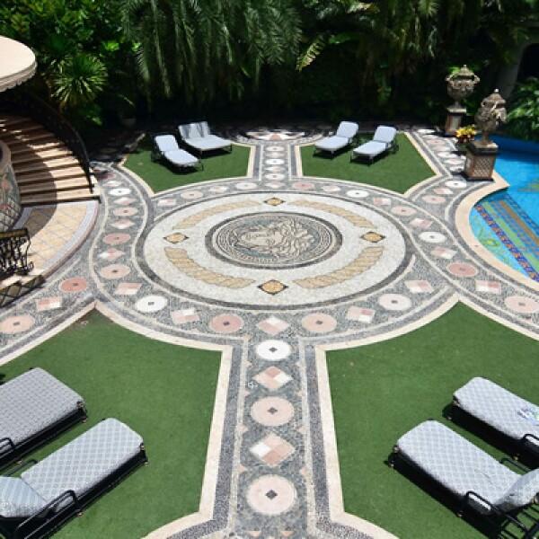 El complejo tiene 6,100 metros cuadrados, dispone de 10 suites, 11 baños y una piscina de mosaicos con incrustaciones en oro.