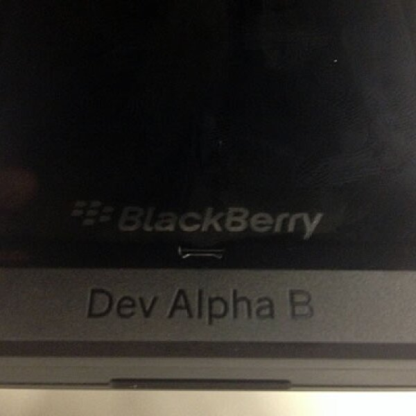 """El equipo tiene una pantalla de 4.2"""" pulgadas totalmente táctil."""
